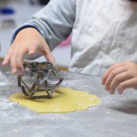 Faire la cuisine avec son enfant : une excellente idée pour faire une activité agréable en famille
