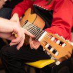 Les avantages d'apprendre la guitare à un enfant